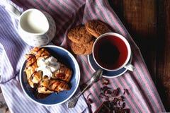 巧克力新月形面包用茶和饼干 库存图片