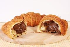 巧克力新月形面包 免版税库存照片