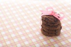巧克力曲奇饼和桃红色丝带 免版税库存照片