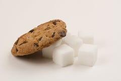 巧克力曲奇饼和糖立方体 免版税库存照片