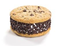 巧克力曲奇饼在白色背景的冰淇凌三明治 免版税库存图片