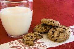 巧克力曲奇饼玻璃牛奶 免版税图库摄影
