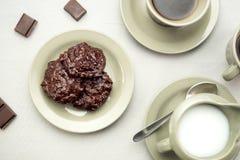 巧克力曲奇饼用咖啡和牛奶 图库摄影