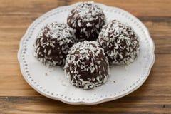 巧克力曲奇饼用在白色板材的椰子 免版税库存照片