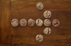 巧克力曲奇饼箭头标志 库存图片