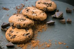 巧克力曲奇饼 与巧克力大块的曲奇饼  免版税图库摄影