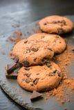 巧克力曲奇饼 与巧克力大块的曲奇饼  图库摄影