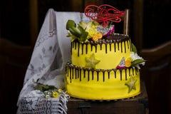 巧克力有排列的蛋糕用异乎寻常的果子 免版税库存图片