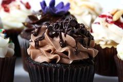 巧克力杯形蛋糕和款待 库存图片