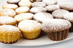 巧克力杯形蛋糕用搽粉的糖和巧克力汁 免版税图库摄影