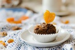 巧克力杯形蛋糕用杏干 免版税图库摄影