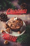 巧克力松饼和分支冷杉 背景圣诞节关闭红色时间 免版税库存图片