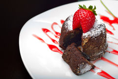 巧克力松饼用草莓 库存图片