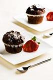 巧克力松饼用草莓 免版税图库摄影