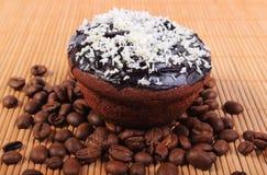 巧克力松饼用被脱水的椰子和咖啡粒 免版税图库摄影