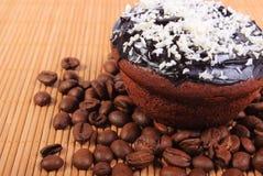 巧克力松饼用被脱水的椰子和咖啡粒 库存照片