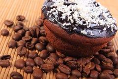 巧克力松饼用被脱水的椰子和咖啡粒 库存图片