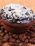 巧克力松饼用被脱水的椰子和咖啡粒 免版税库存照片
