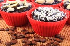 巧克力松饼用被脱水的椰子和杏仁,咖啡粒 图库摄影