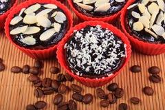 巧克力松饼用被脱水的椰子和杏仁,咖啡粒 免版税图库摄影