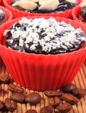 巧克力松饼用被脱水的椰子和杏仁,咖啡粒 免版税库存照片