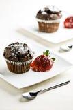 巧克力松饼草莓 免版税库存照片