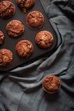 巧克力松饼,平的位置 库存图片
