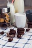 巧克力果仁巧克力、曲奇饼和一个杯子牛奶 免版税图库摄影