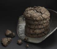 巧克力果仁巧克力曲奇饼 免版税图库摄影