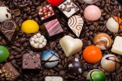 巧克力果仁糖和咖啡豆 免版税图库摄影