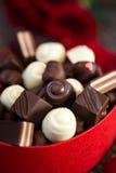 巧克力果仁糖在心形的礼物盒Mother's天 库存图片