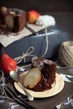 巧克力梨蛋糕 库存图片