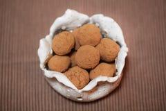巧克力椰子和可可粉拂去灰尘的糖果 免版税库存照片