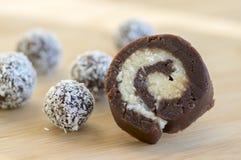 巧克力椰子球和肉卷装饰用在木竹桌上的切细的椰子 免版税图库摄影