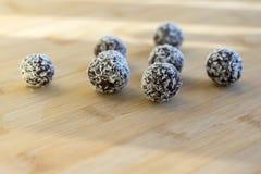 巧克力椰子球装饰用在木竹桌上的切细的椰子 免版税图库摄影