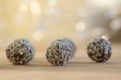 巧克力椰子球装饰用在木竹桌上的切细的椰子 图库摄影