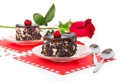 巧克力樱桃蛋糕和红色玫瑰在华伦泰的 免版税库存图片