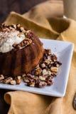 巧克力橙色蛋糕用被鞭打的奶油色和敬酒的核桃 库存照片