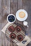 巧克力油炸圈饼用咖啡和蓝莓 免版税库存照片