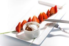 巧克力涮制菜肴草莓 免版税库存图片