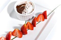 巧克力涮制菜肴草莓 免版税图库摄影