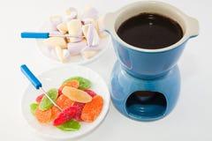 巧克力涮制菜肴、蛋白牛奶酥和菠萝 免版税库存图片