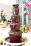 巧克力涮制菜肴喷泉 免版税库存图片