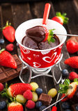 巧克力涮制菜肴用新鲜的莓果 免版税库存照片