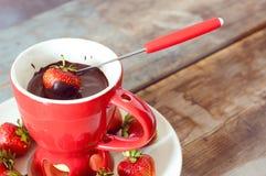 巧克力涮制菜肴用草莓 免版税库存照片