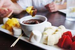 巧克力涮制菜肴 免版税图库摄影