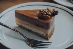 巧克力焦糖坚果蛋糕 免版税库存图片