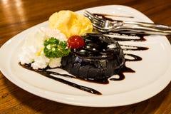 巧克力熔岩蛋糕 免版税图库摄影