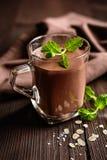 巧克力燕麦粥圆滑的人 免版税库存照片