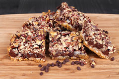 巧克力片和坚果曲奇饼酒吧 免版税图库摄影